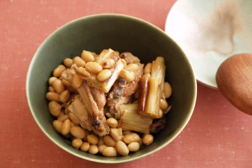 大豆と手羽先のしょうゆからし酢みそ煮