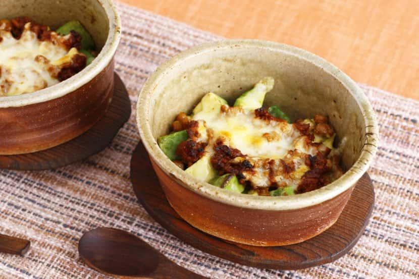 アボカドと納豆の肉味噌チーズ焼き