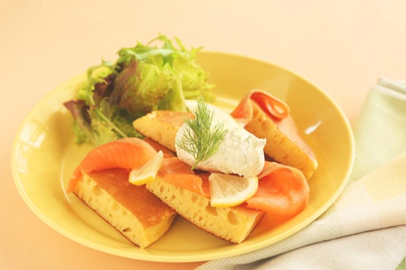 スモークサーモンとサワークリームのダイズパンケーキ