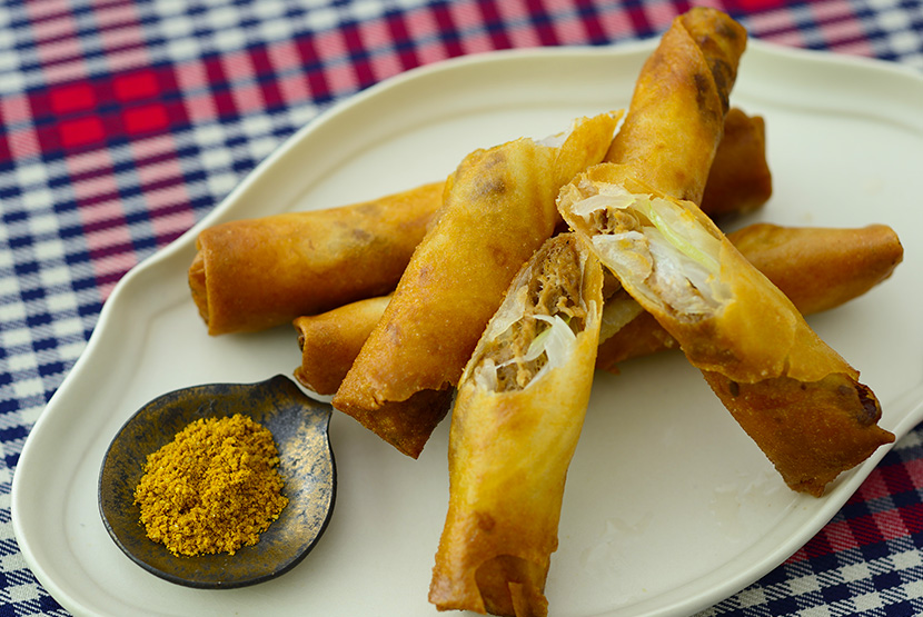 大豆のお肉と玉ねぎの揚げ春巻き カレー塩