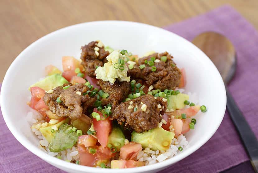 揚げ大豆のお肉とアボカド、トマトのにんにくわさび醤油丼