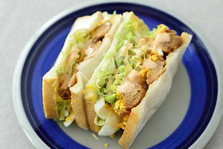大豆のお肉のから揚げとゆでたまごのサンドイッチ