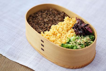 糀甘酒牛そぼろと糀甘酒炒り卵、青菜の塩もみの3色弁当
