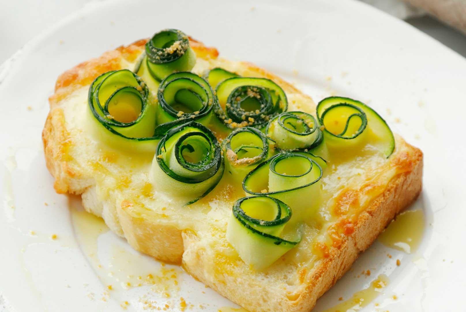 ズッキーニフラワーのmisoチーズトースト