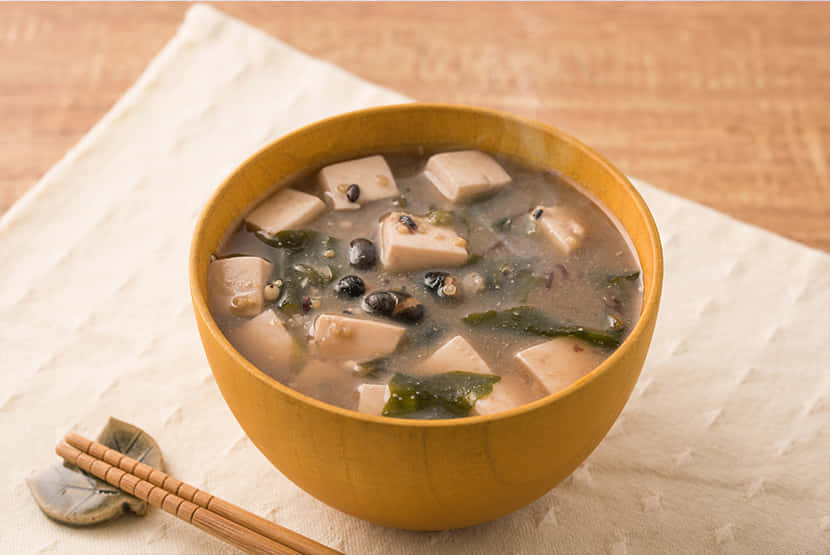 雑穀と海藻、豆腐のみそ汁