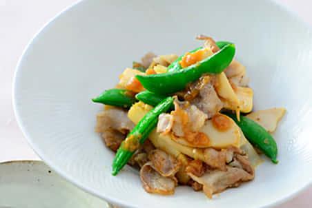 スナップエンドウと筍、豚肉のしょうゆ糀炒め