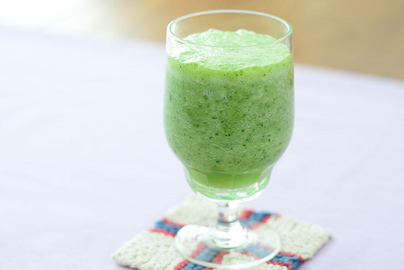 小松菜とパイナップルと糀甘酒のグリーンスムージー