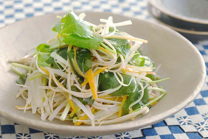 海藻とせん切り野菜のそばサラダ