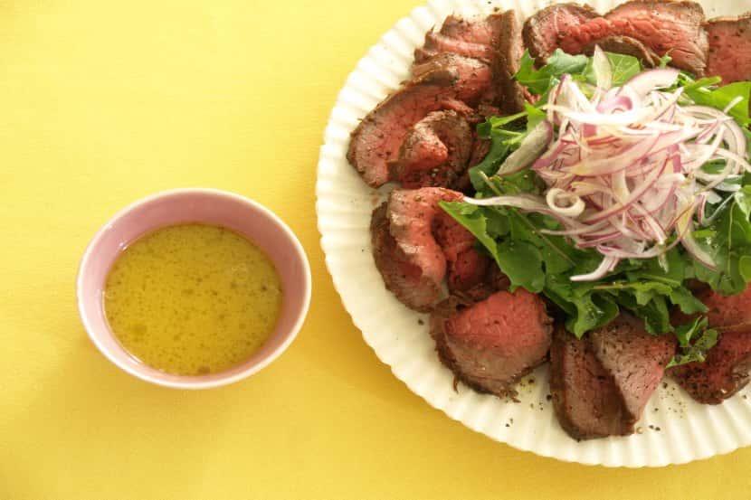 牛肉のローストとルッコラのサラダ仕立て みそゆずこしょうドレッシング